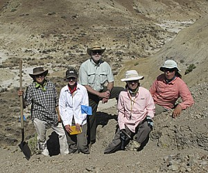 Wayne Clough, center with the team led by Mary Kraus and Francesca McInerney at the North Butte site. (Photo by Scott Wing)