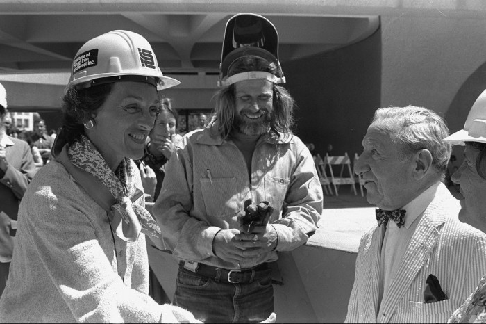 Joan Mondale and sculptor Mark di Suvero greet Joseph Hirshhorn outside the Hirshhorn Museum and Sculpture Garden, July 11, 1978. (Photo by Richard Hoffmeister as featured in the Torch, August 1978)