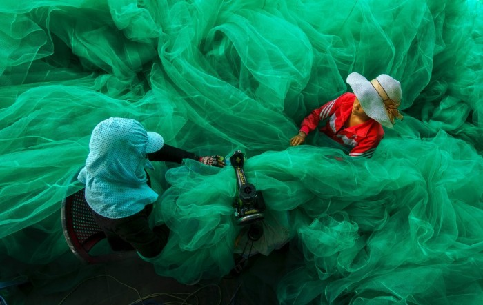 Grand Prize Winner Sewing the Fishing Net by Pham Ty. (© Pham Ty. All rights reserved)