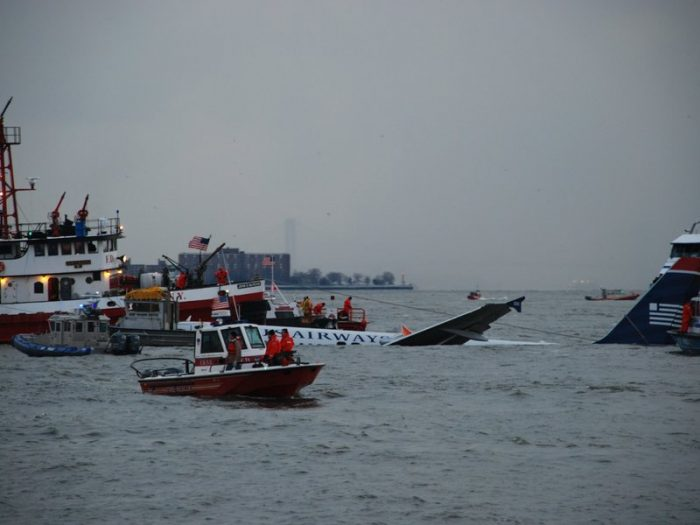 Submerged plane in Hudson river surrounded by rescue boats