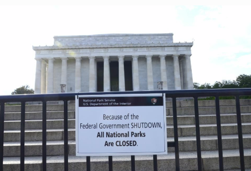 Lincoln memorial with closed sign