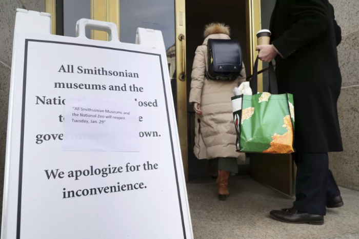 Sign announcing that Smithsonian Museums will reopen