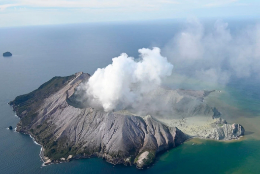 Cloud of smoke rises from New Zealand volcano