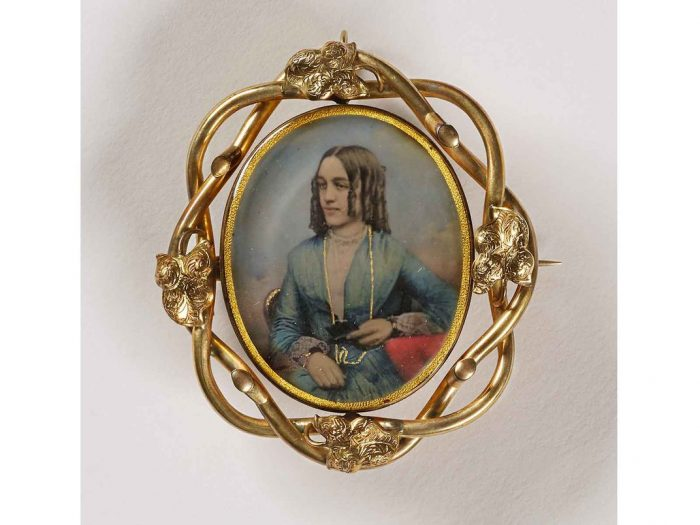 Pendant withportrait of woman with curly hair